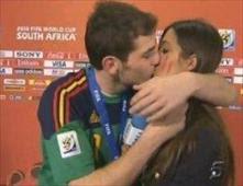 كاسياس يتوعد بتقبيل مذيعه أمام العدسات