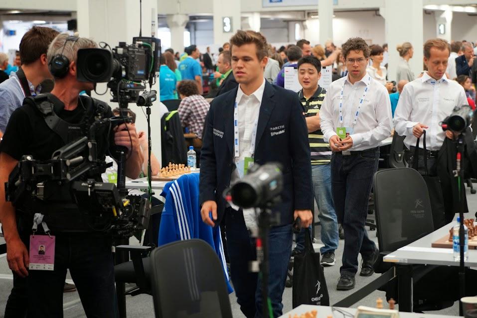 A Magnus Carlsen le sigue la televisión de su país allá a donde va.
