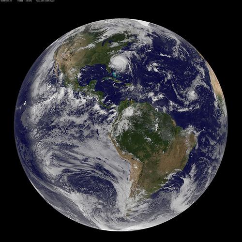 Снимок западного полушария Земли со спутника NOAA/NASA GOES-13