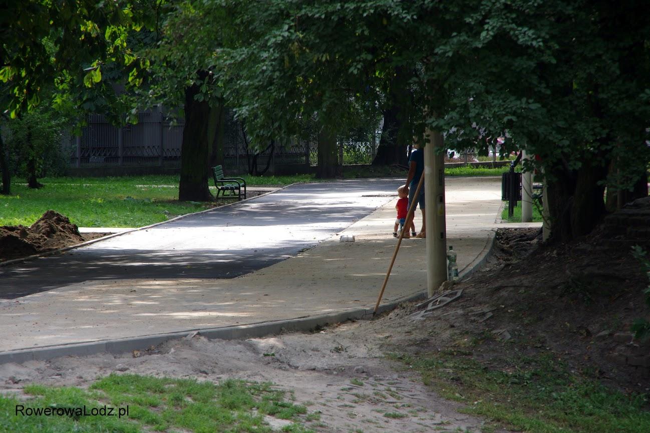 Przy wyjeździe z parku jest wąsko, zaś w środkowej części pasażu szerzej
