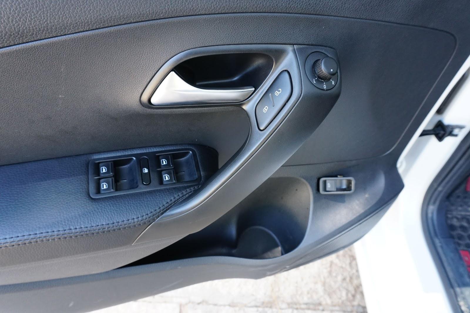 Gương chỉnh điện tiện lợi, có chổ để cốc cũng như khóa cửa tự động