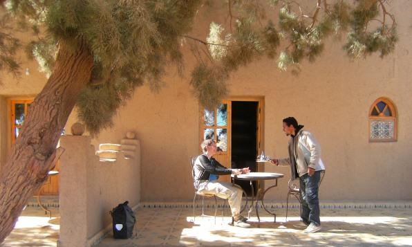 Tea-Time in der Auberge Les Dunes d'Or an den Sand-Dünen von Erg Chebbi, Tafilalet, Marokko