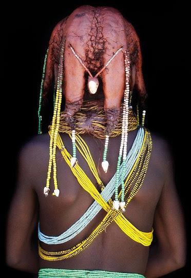 wu153 Kỳ lạ với kiểu tóc từ phân bò của bộ tộc Mumuhuila