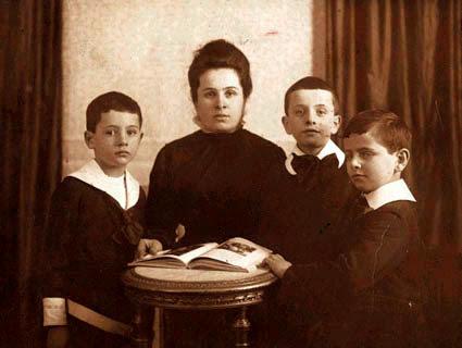Матильда Канетти с сыновьями. Цюрих, 1917.