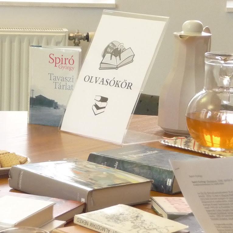 Könyvek az olvasótermi asztalon