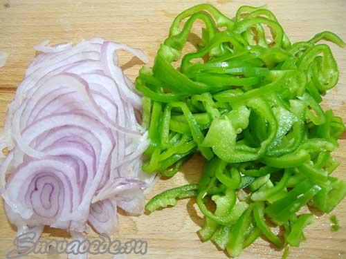порезать соломкой перец и лук