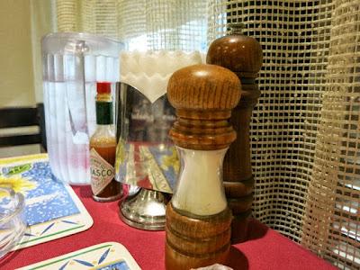 店内のテーブル上に置かれた調味料