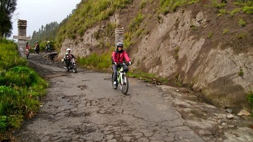 Setelah menanjak, jalan turunan bisa dinikmati hingga Lautan Pasir.
