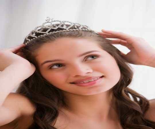 Regalar una tiara a una quinceañera como idea de regalo