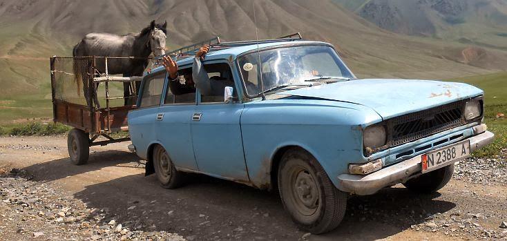 Kirgisisches Auto zieht Pferd im Anhänger