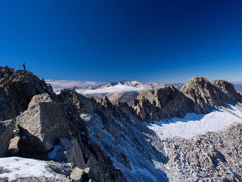 Contemplant la cresta de Besiberris i la Maladeta al fons des de l'avantcim