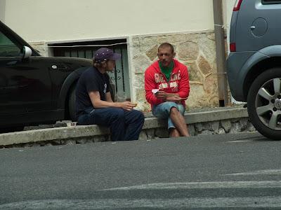 道端で話しこむ男