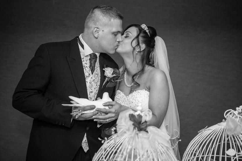 couple-kissing-wedding-radisson-blu