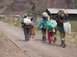 Des déplacés fuyant la cité de Rutshuru-centre après sa chute entre les mains des rebelles du M23, le 8 Juillet 2012. © MONUSCO/Sylvain Liechti