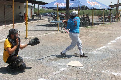 Lluvia Silva de Chicas Sertoma del torneo de softbol femenil del Club Sertoma.