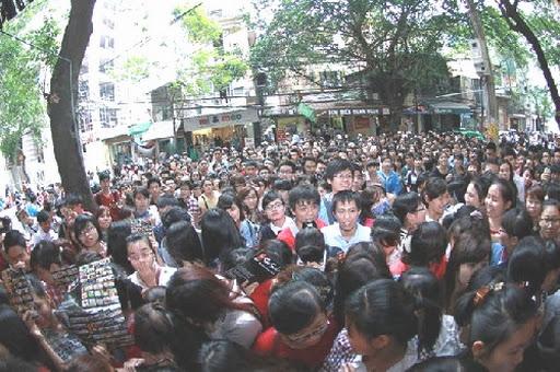 Cảnh chen lấn, xô đẩy, tranh giành ăn sushi miễn phí ở Hà Nội gây phẩn nộ cộng đồng