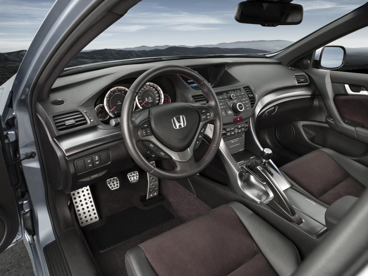 Não Sendo Exactamente O Veículo Com Maior Agilidade Da Sua Categoria, Este  Familiar Da Honda Vale Se Da Robustez Do Chassis E De Outras Capacidades ...