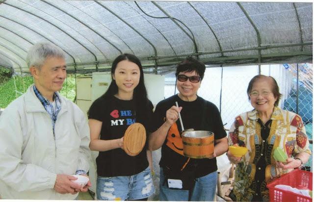 在粉嶺綠田園內一眾校友和學生更合力製作豆腐花