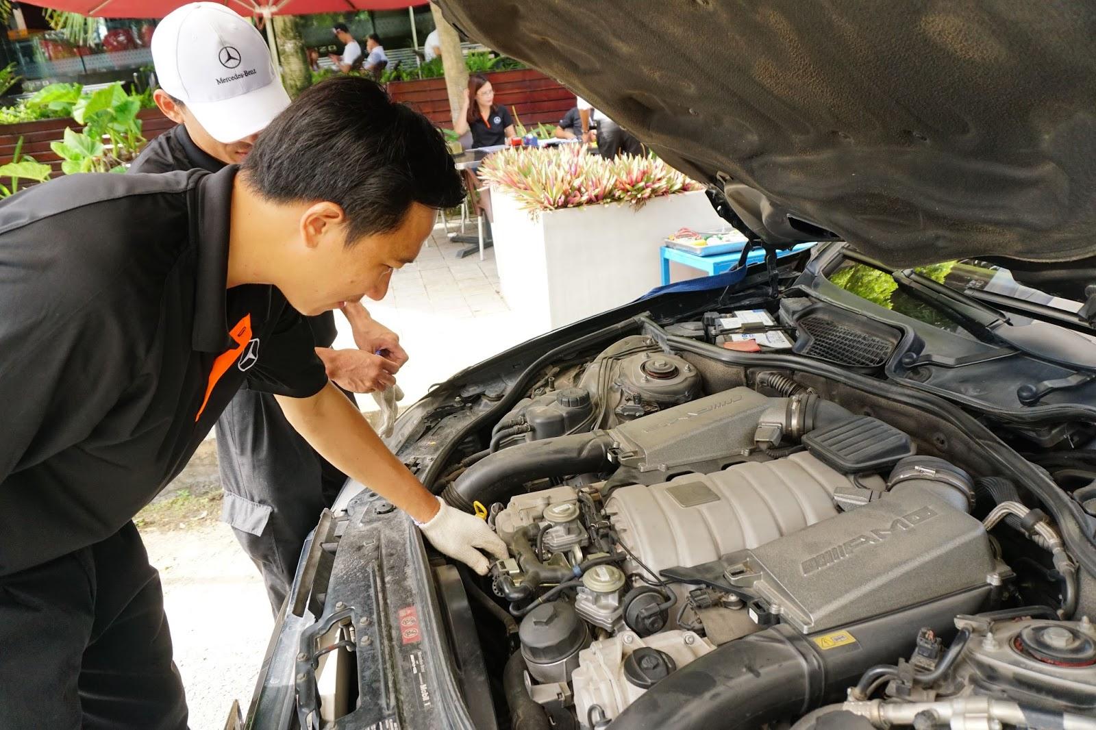 Kỹ sư của Vietnam Star đang kiểm tra chiếc sedan đỉnh cao S63 AMG duy nhất Kiên Giang, ngoài ra còn có S500 cùng rất nhiều dòng xe Mercedes khác đến thăm khám, bảo dưỡng