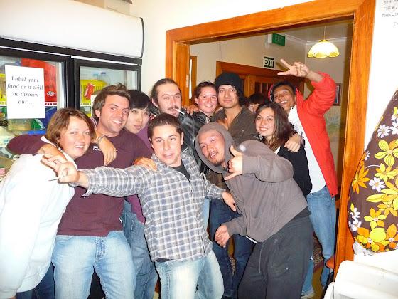 Aquí estamos con todos los del hostel, listos para salir el sábado por la noche