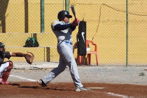 Iván Buentello de Tiburones en la Liga de Beisbol de Salinas Victoria