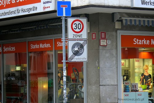 """Centrum Stuttgatru jest w dużej mierze pokryte strefą """"tempo-30"""". Tam gdzie obowiązuje nie są wyznaczane pasy i drogi dla rowerów."""