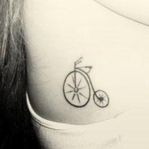 tattoo na lateral de bicicleta retrô ou vintage