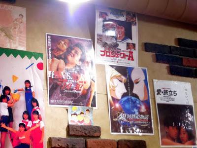 壁に貼られた80年台の映画のポスター