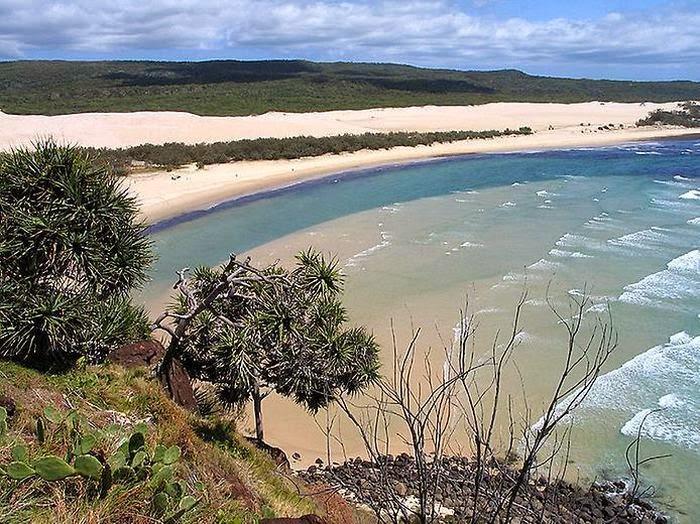 Австралия | Достопримечательности | Остров Фрейзера Остров является объектом Всемирного наследия ЮНЕСКО с его километрами белых песчаных пляжей, ярких разноцветных озер, тропических лесов и невероятных дюн. От континента остров отделяют обширные заболоченные территории. Здесь очень популярен кемпинг с палатками, но стоит опасаться диких собак Динго, свободно разгуливающих по острову.