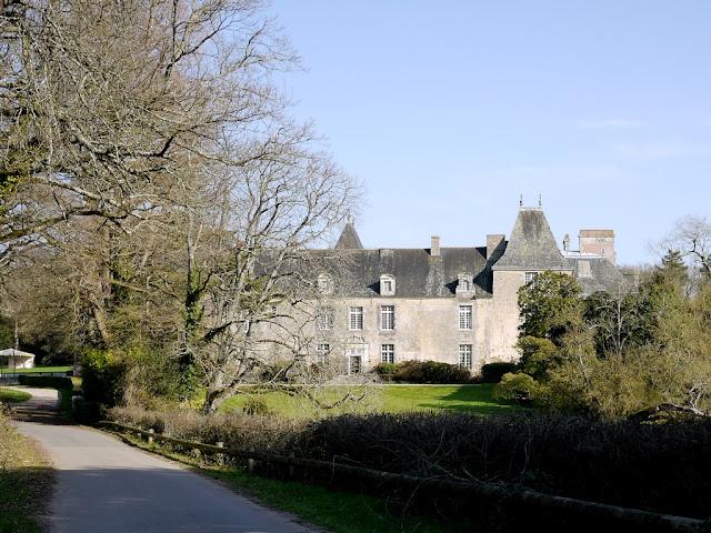 C'est un château très élégant, visible de la route