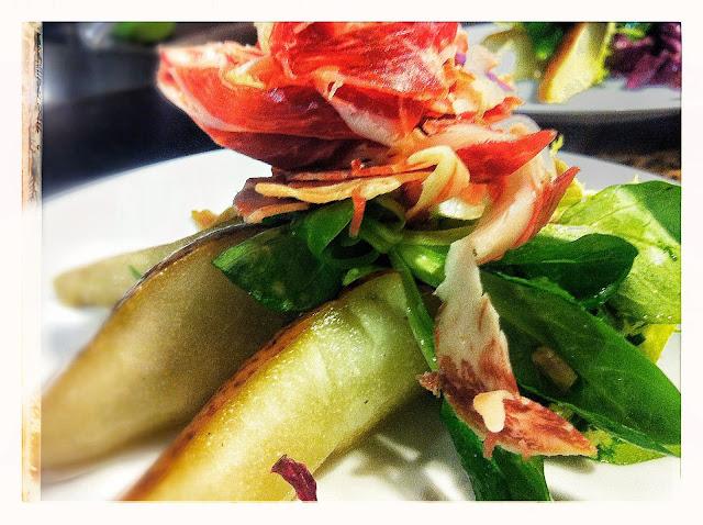 Ensalada de peras escalivadas con jamón ibérico chef personal Barcelona restaurante a domicilio Mejor en casa