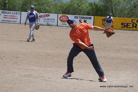Jesús González lanzando por SUTERM en el softbol del Club Sertoma