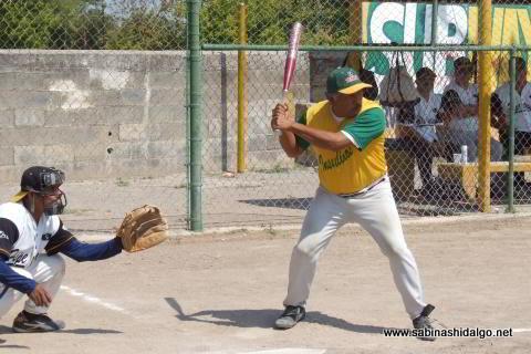 Pablo Rangel bateando por Insulinos en el softbol de veteranos