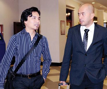 ANUAR ZAIN (kiri) bersama Aizul Rohan ketika hadir mendengar hujahan kes tuntutan royalti di Kompleks Mahkamah Jalan Duta, Kuala Lumpur pada 12 Januari lalu.