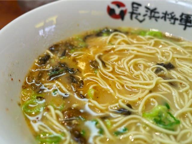 辛子高菜を入れるとスープの色が肌色から褐色に変化