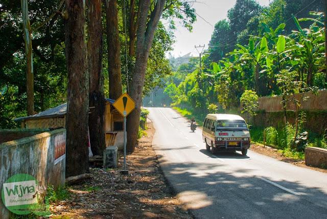 Berjalan kaki menyusuri Jalan Kololnel Masturi menuju Curug Bugbrug