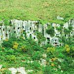 崖に無数の四角い穴・パンターリカのネクロポリス