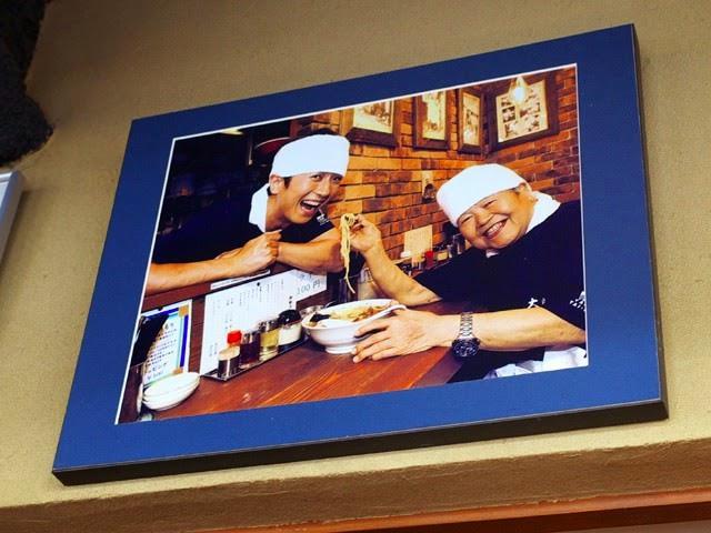 店内に飾られた山岸一雄氏の写真
