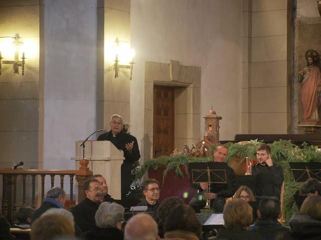 Don Gerardo López pronunciando el pregón navideño con miembros de la banda municipal en primer plano