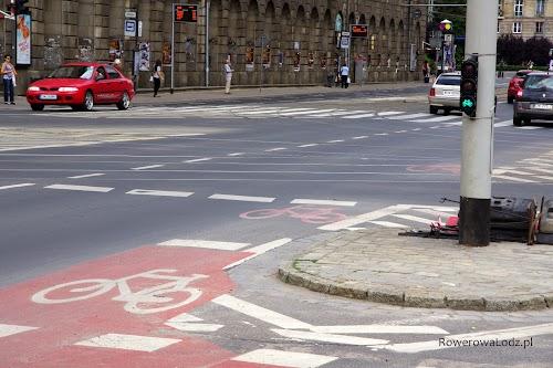 Po przejechaniu przejścia dla pieszych jeszcze jedna śluza rowerowa. Uwagę zwraca specjalny sygnalizator - tylko dla rowerów