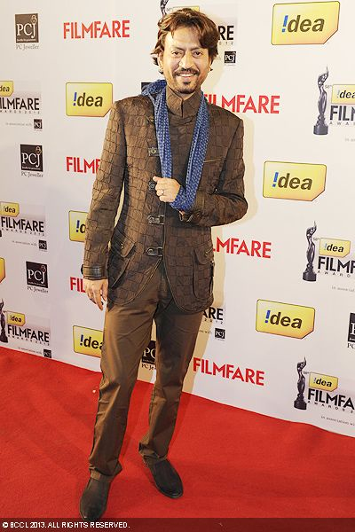 Despite an injury to his left hand, Irrfan Khan managed to make it to the 58th Idea Filmfare Awards in Mumbai.Click here for:<br />  58th Idea Filmfare Awards