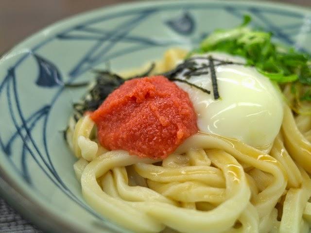 うどん麺の上にある明太子と温泉卵