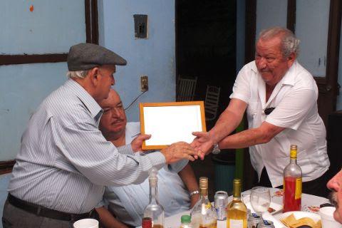 Entrega de reconocimiento al Profr. Dante Perrone Hernández