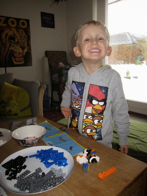 Oscar bygger Lego
