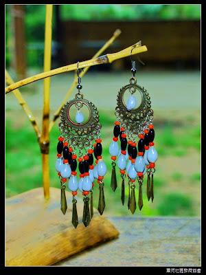 薏米珠耳環$380  薏米珠 是賽夏族朱姓的由來 珍珠的色澤  天然的孔心 淚滴的珠型 是兒時童玩 是情竇初開的信物 是情定永生的盟約
