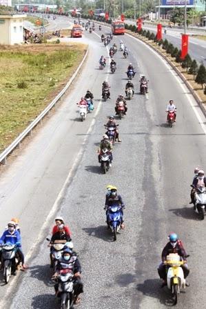 Dòng người chạy xe máy về quê ăn Tết tại địa bàn tỉnh Vĩnh Long