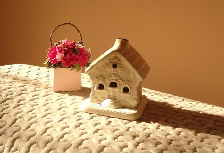 Бяла къщичка-свещник