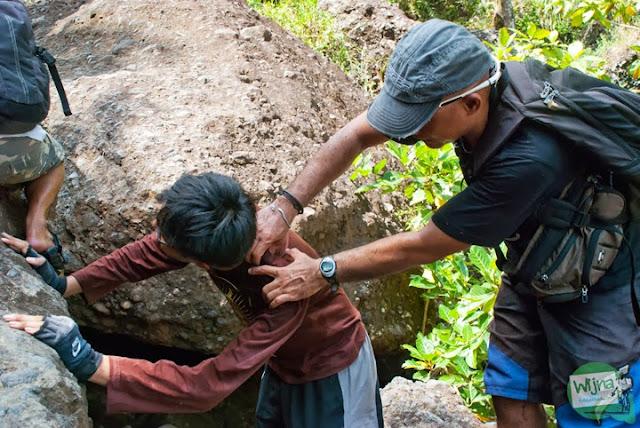 pengunjung terluka saat menuju ke air terjun curug seribu batu (cengkehan) di dusun Giriloyo, Wukirsari, Imogiri, Bantul, DI Yogyakarta