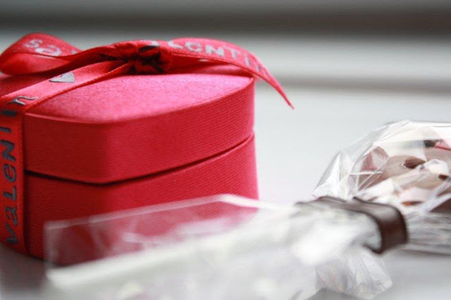 Piruleta de chocolate LOVE y caja de bombones corazon por el dia de San Valentin