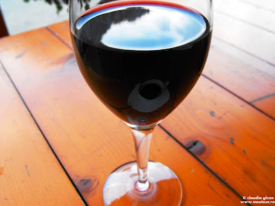 In Cheile Bicazului, cu Suhardul mic in paharul cu vin